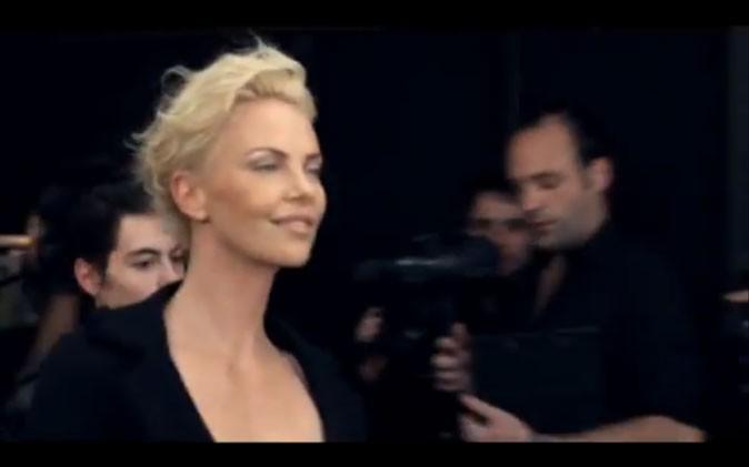 Charlize Theron arrive en retard mais tout sourire dans les coulisses du défilé Dior !