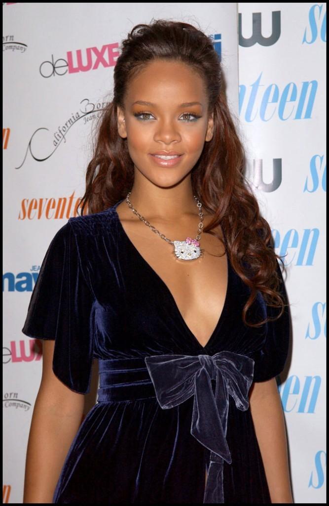 Rihanna en 2006 et son collier en strass