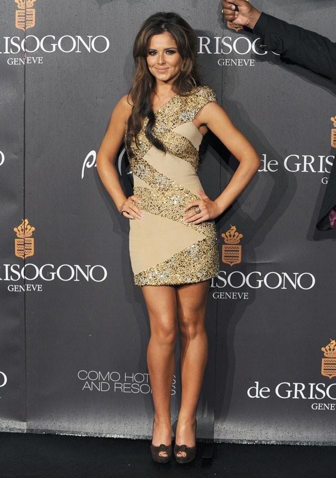 En mini robe asymétrique, Cheryl brille enfin sur le red carpet