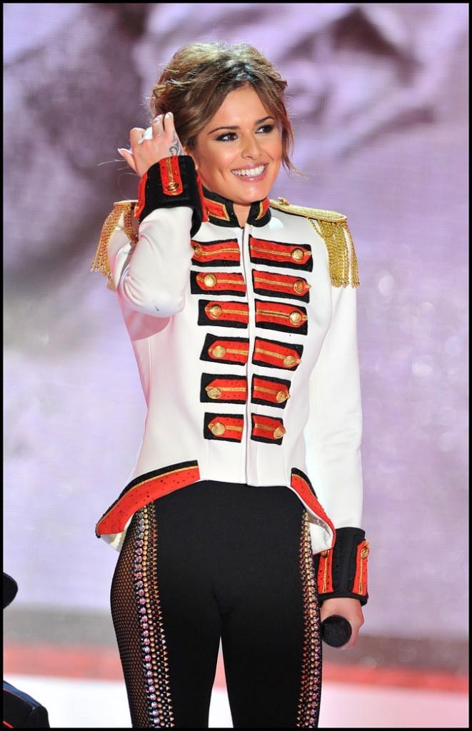 Veste militaire et épaulettes dorées, Cheryl Cole capte les tendances
