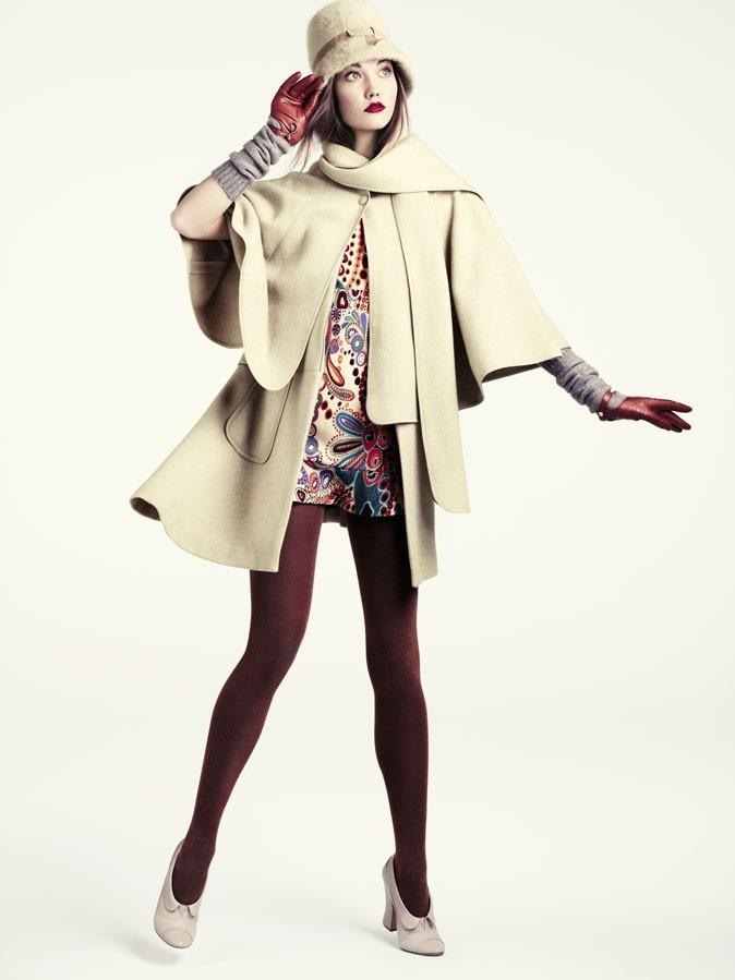 Collection hiver 2012 H&M : On adore ce look preppy avec la cape beige et les gants en cuir!