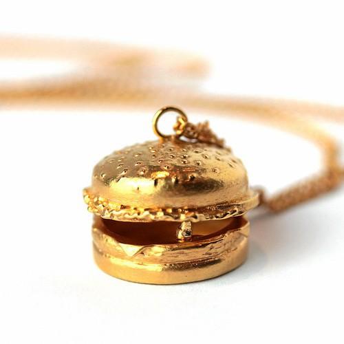 Pendentif burger en plaqué or, Goldie Rox 150 €