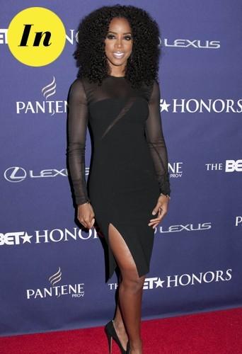 Kelly en robe noire à découpe laser Emilio Pucci.