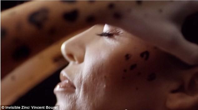 Mode : Dannii Minogue : topless et body paint pour le cancer de la peau !