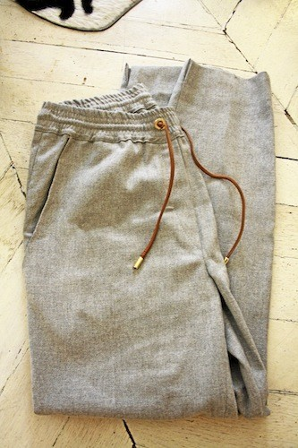 Pantalon jogging gris, Gat Rimon 190 €
