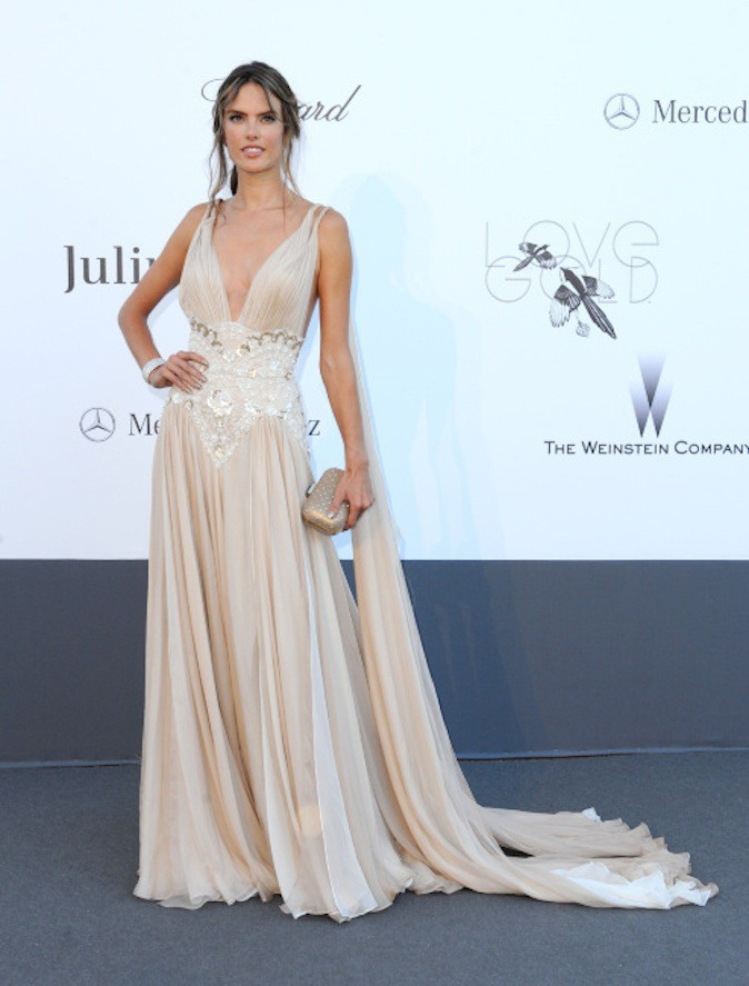 Alessandra Ambrosio en look empire tendance sur tapis rouge !
