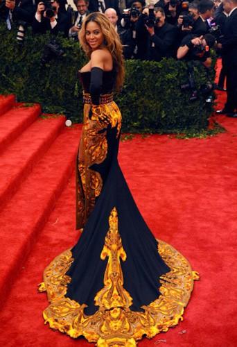 Beyoncé se la joue bicolore sur red carpet en noir et or !