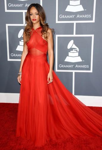 Rihanna en robe rouge ton sur ton sur red carpet !