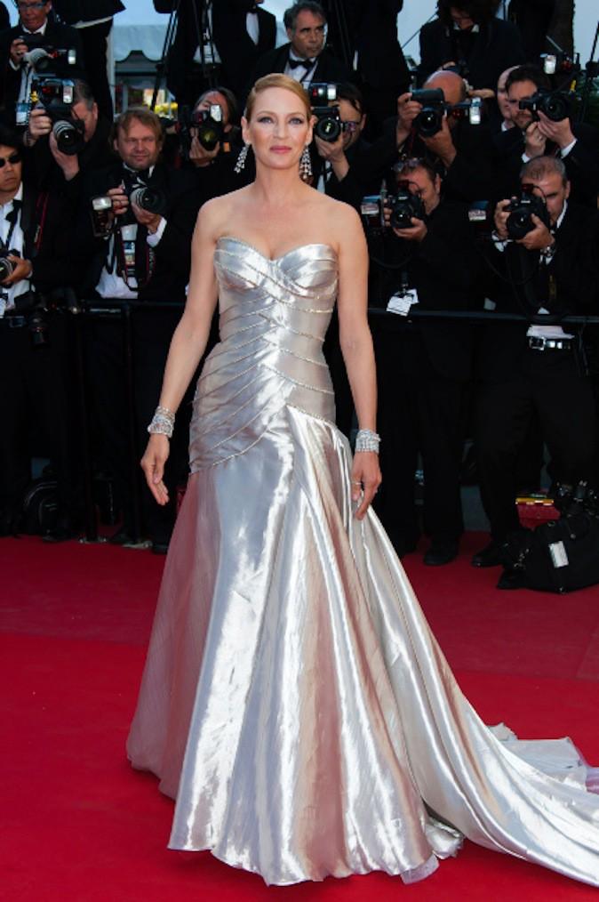 Uma Thurman sort le grand jeu en robe argentée sur red carpet !