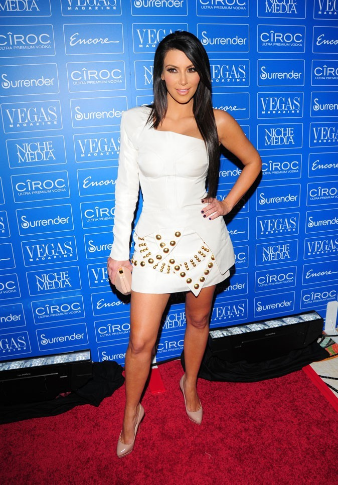 Kim Kardashian : une mini-robe asymétrique cloutée !