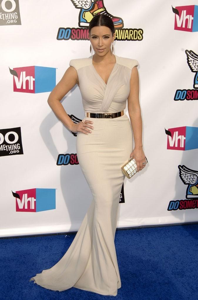 Kim Kardashian : une robe longue ceinturée !