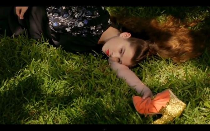 Même endormie dans l'herbe, Hailee rêve tendance !