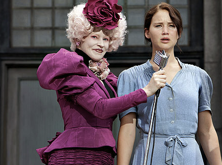 Jennifer Lawrence et Elizabeth Banks dans Hunger Games