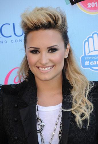 Demi Lovato, plus stylée en blonde ou en bleu néon ?