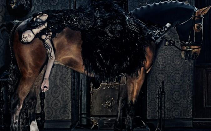 Mode : Edie Campbell : une cavalière mystérieuse pour la campagne enchantée d'Alexander McQueen !