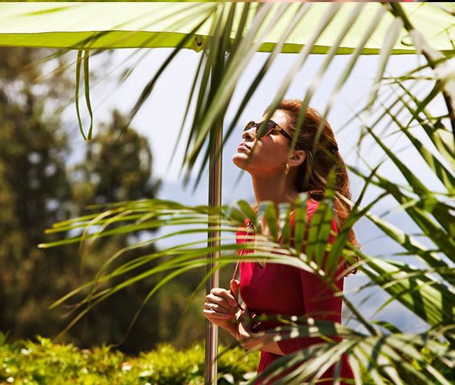 Eva Mendes est de toute beauté pour la nouvelle campagne Vogue Eyewear
