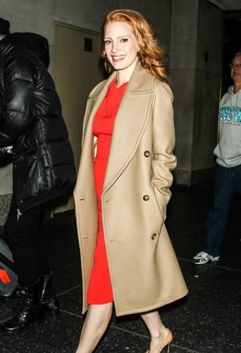 Jessica Chastain dans son manteau camel Michael Kors.