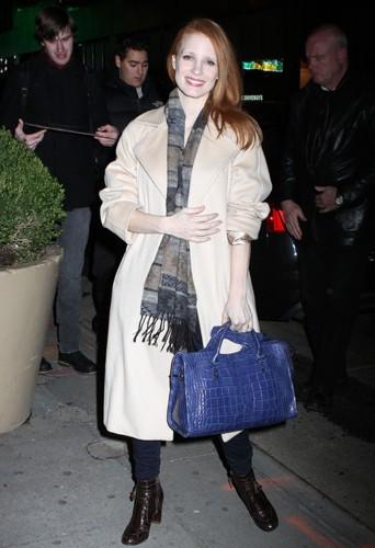 Jessica Chastain dans un long manteau beige.