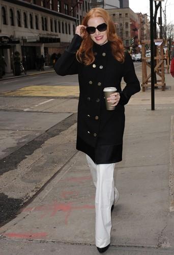 Jessica Chastain dans un manteau noir d'inspiration militaire.