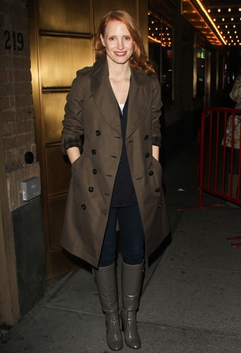 Jessica Chastain et son it-coat le trench kaki Burberry.