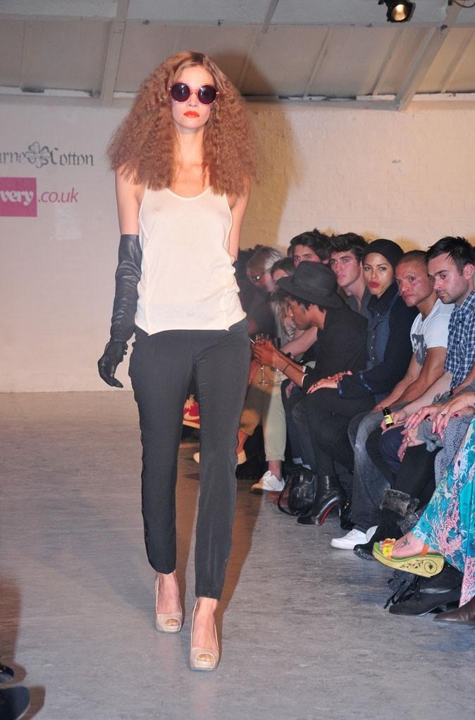 Fearne Cotton x Very : un débardeur loose blanc et des gants longs en cuir noir !