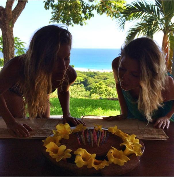 Gisele Bündchen fête son anniversaire avec sa soeur jumelle Patricia (2014)