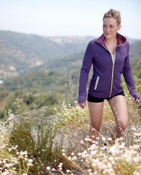 Hilary randonne à travers la montagne...