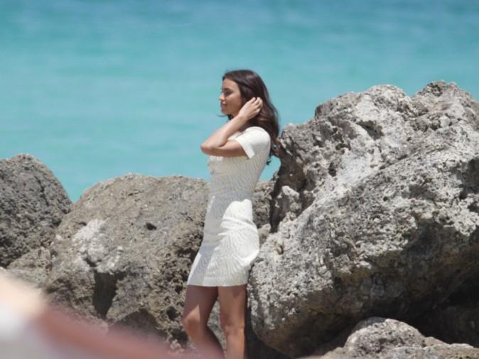 Irina Shayk toute de blanc vêtue pour un shooting les pieds dans l'eau !