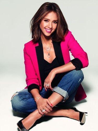 Campagne Possession de Piaget: Jessica Alba est si mignonne en tailleur... rose!