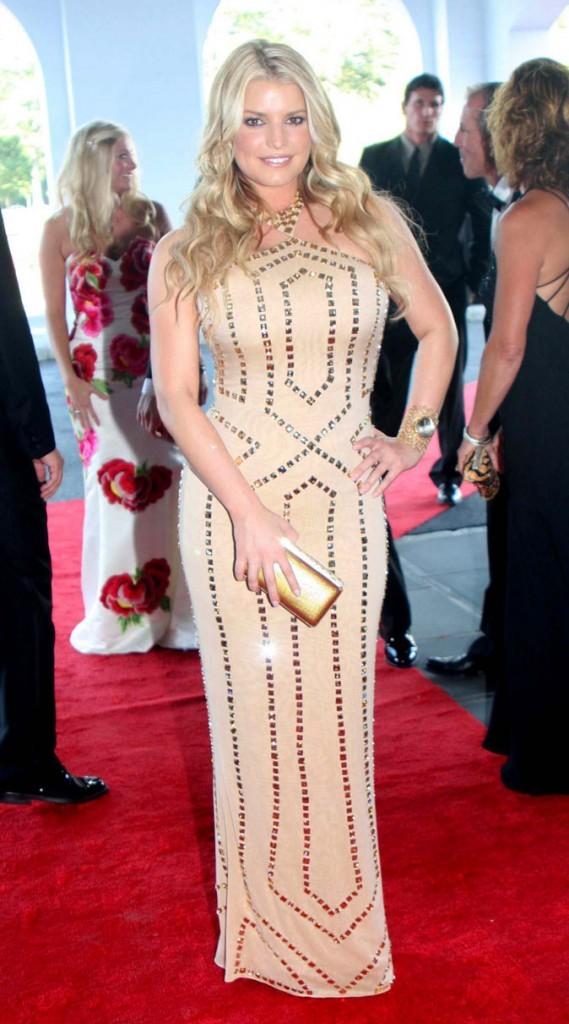 En robe super moulante dorée sur le red carpet pour Jessica Simpson.