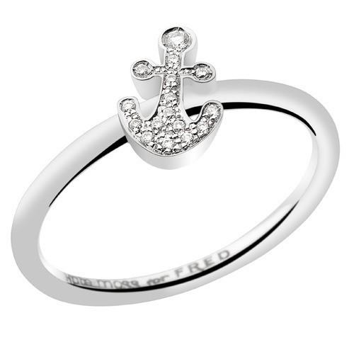 Bague ancre, en or blanc et diamants, Kate Moss for Fred, à partir de 550 €.