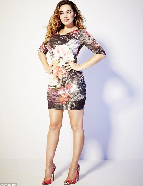 Kelly Brook pose avec ses créations pour Simply Be !