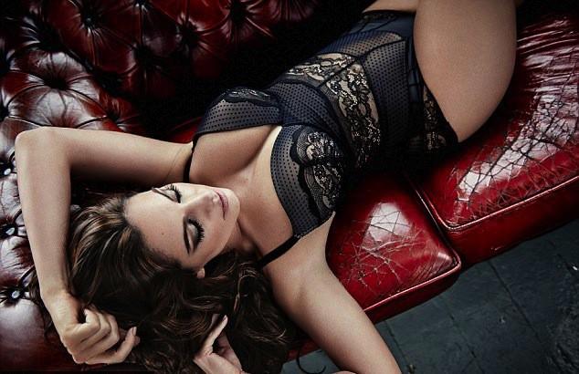 Mode : Kelly Brook : en pleines formes et en sous-vêtements pour sa collection de lingerie New Look !