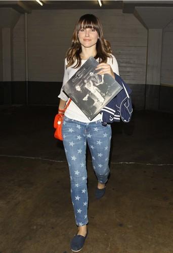 Qu'importe son look, une chose est sure Sophia aura à la main son sac Mulberry !