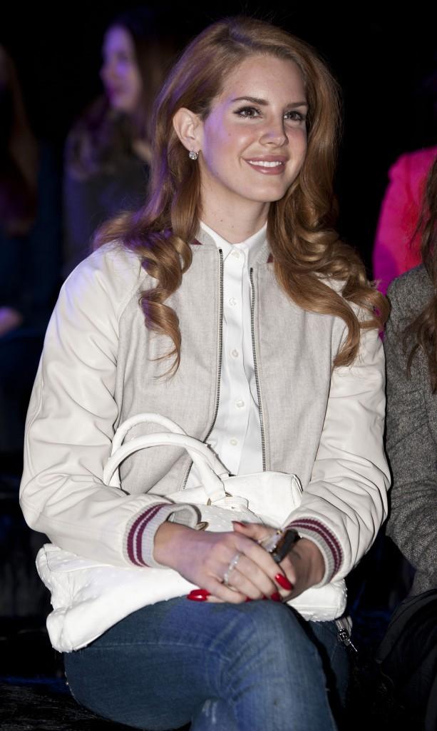 Un sac à main qui porte son nom à 25 ans, la chanteuse a définitivement de quoi sourire !
