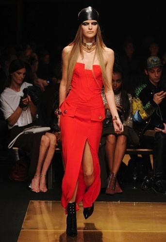 Une longue robe rouge
