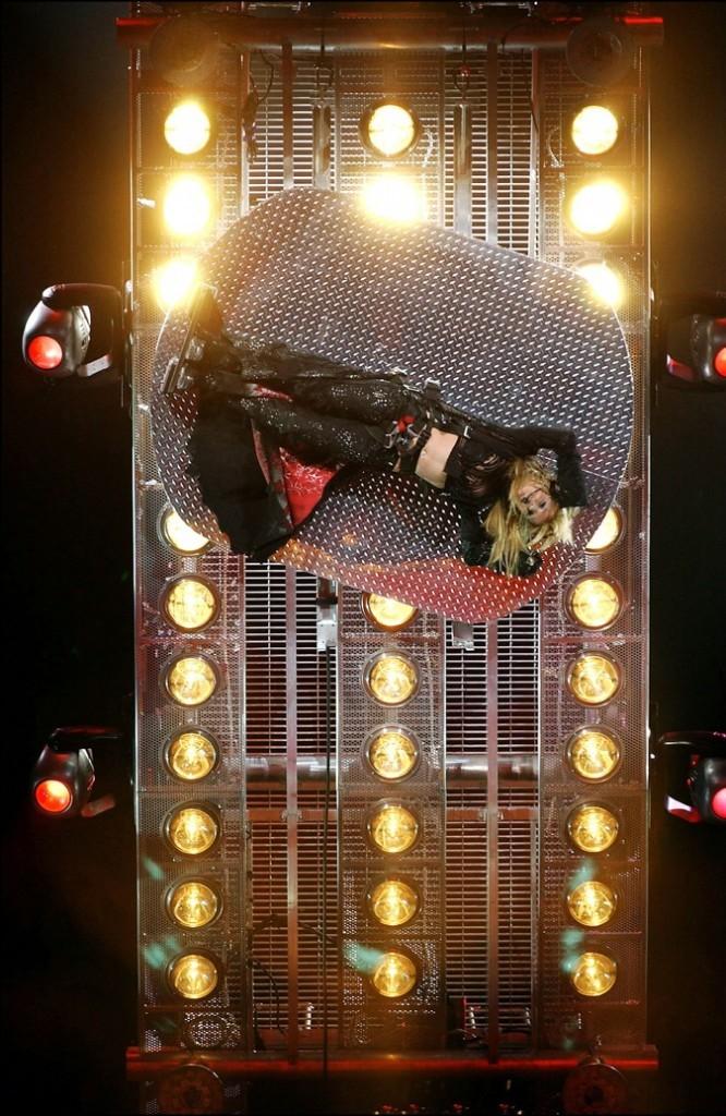 Britney Spears dans une veste accrochée à une plate-forme tournante, une tenue très pratique pour la vie de tout les jours