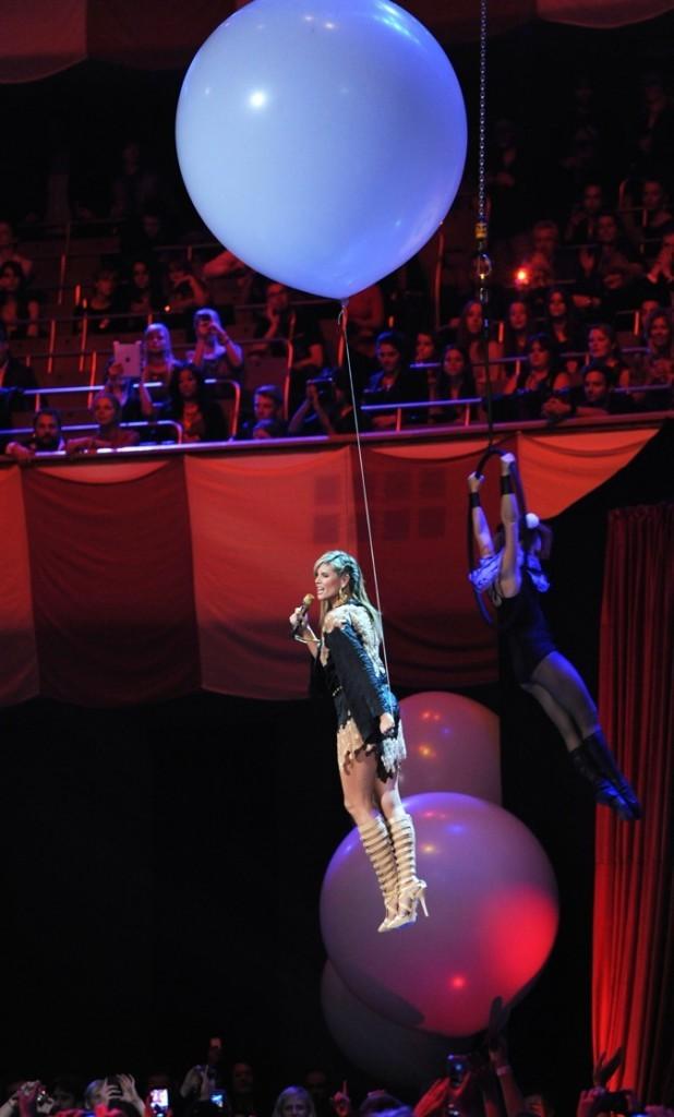 Heidi Klum portée par l'hélium