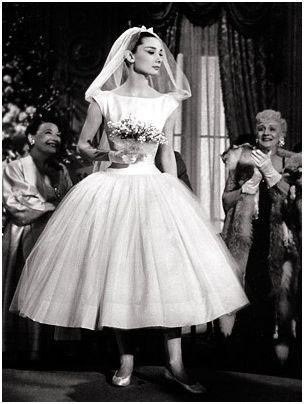 Audrey Hepbrun, en robe blanche courte