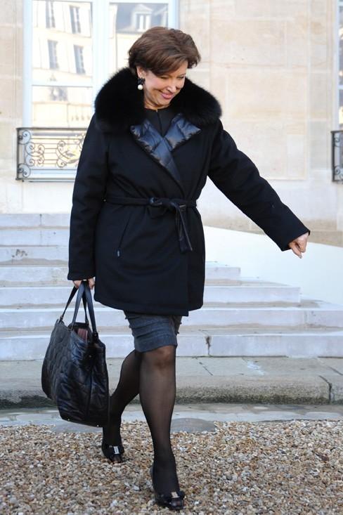 Le sac de Roselyne Bachelot semble bien lourd...