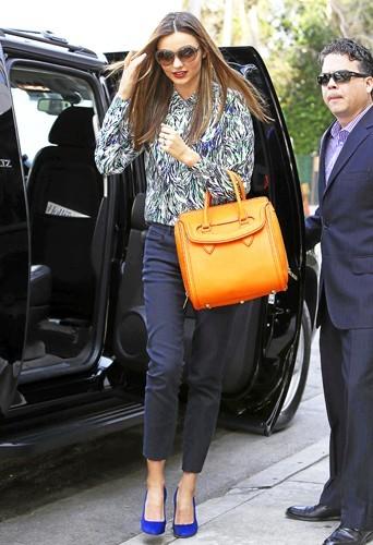 Égayer sa tenue avec un sac couleur Stabilo, une idée chic à piquer d'urgence au top australien Miranda Kerr !