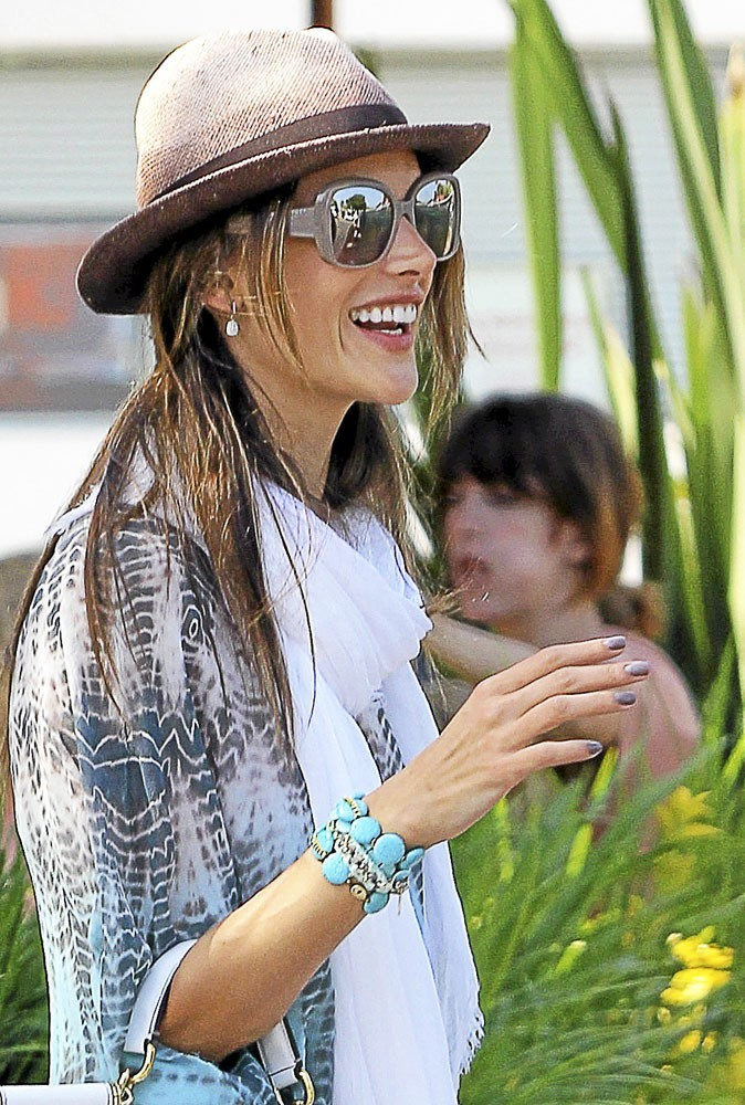 Mode : Alessandra Ambrosio opte pour le bracelet turquoise