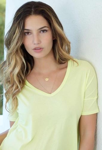 Lily Aldridge lance une collection de vêtements en collaboration avec la marque Velvet by Graham et Spencer !