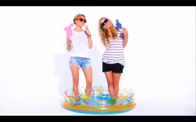 Les jumelles Olsen les pieds dans l'eau !