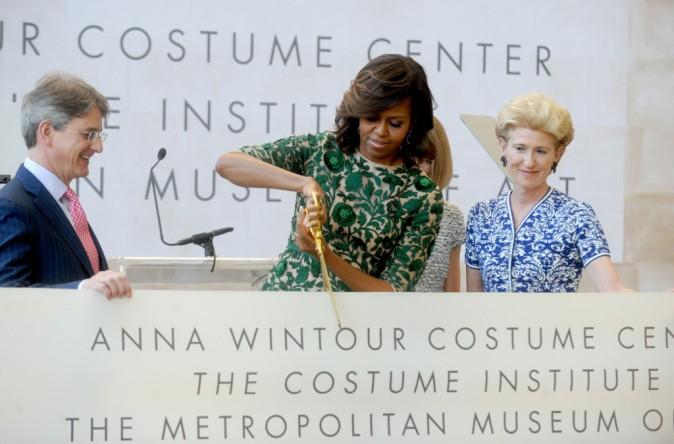 Michelle Obama coupe soigneusement le ruban symbolique