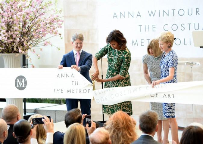 Michelle Obama coupe soigneusement le ruban symbolique sous le regard de Anna Wintour