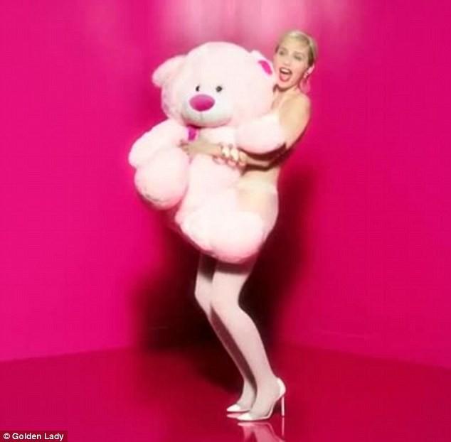 Mode : Miley Cyrus : après une vidéo, des photos encore plus hot pour Golden Lady !