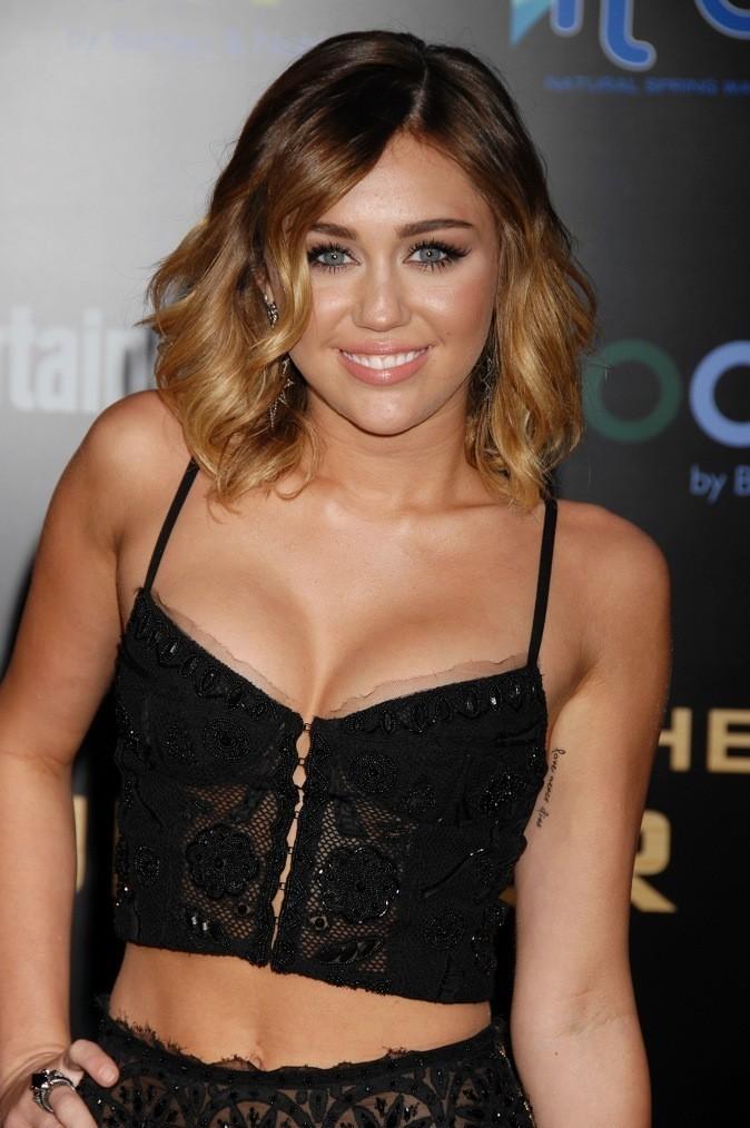 Miley Cyrus en crop top chic sur le red carpet de Hunger Games