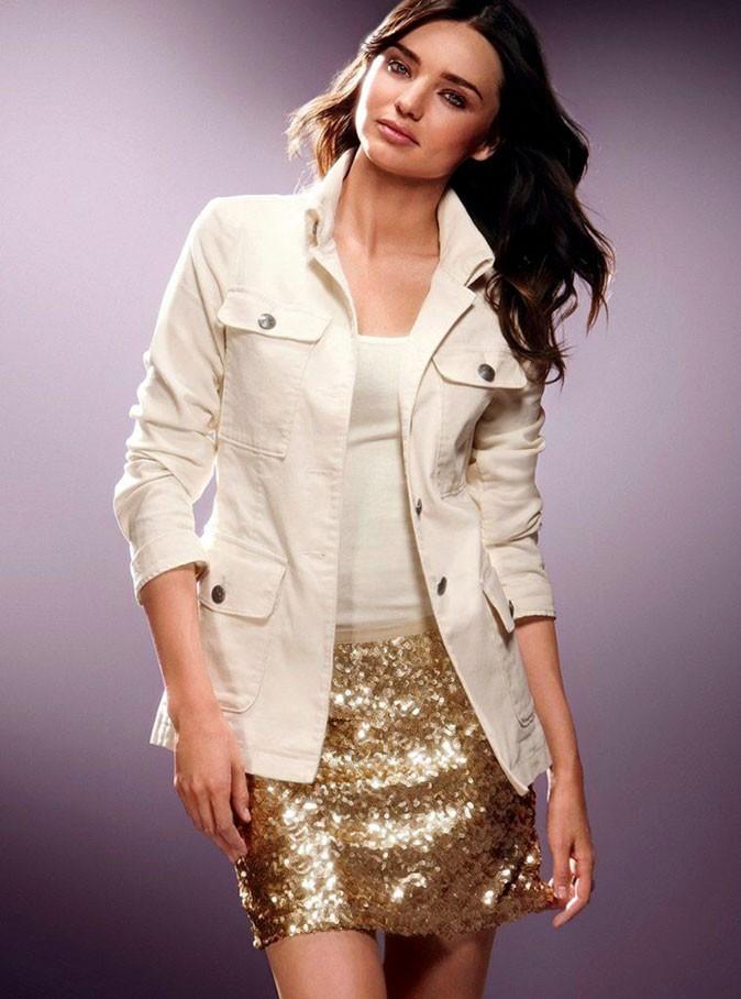 Une mini-jupe à sequins dorés glam' et tendance !
