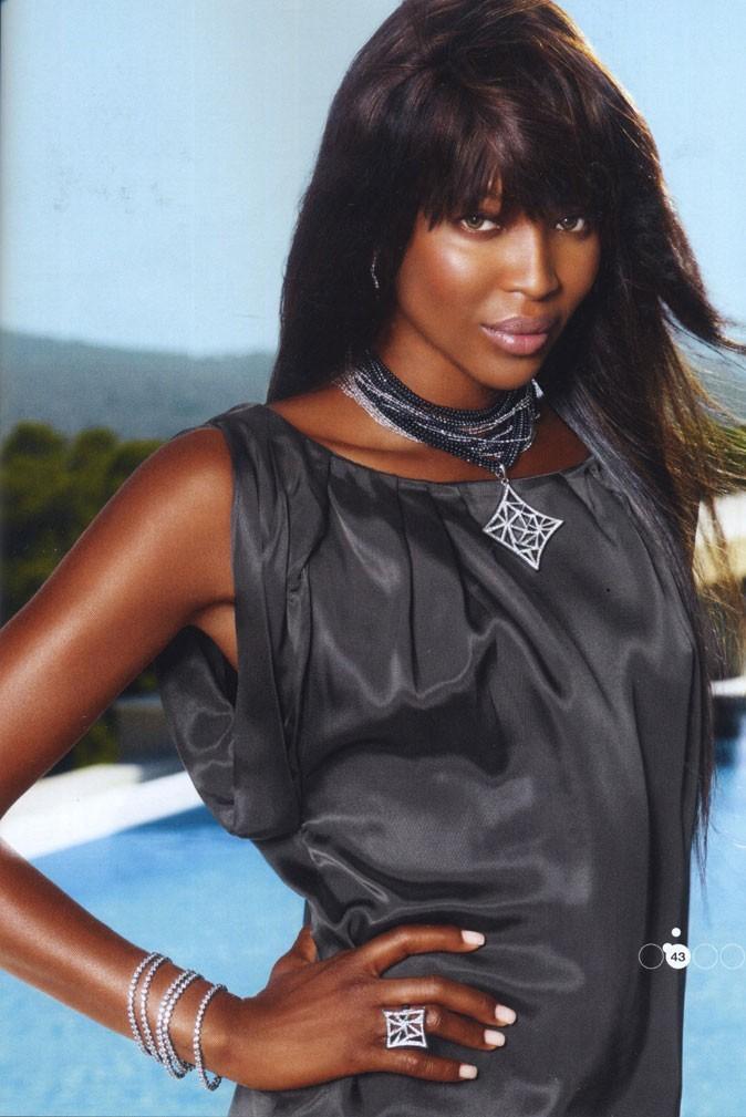 Naomi pose pour les bijoux fantaisie de la marque !